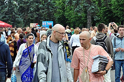 Распространение кришнаитской литературы на Ратха- ятха (праздник колесниц) Москва, ВДНХ 19.06.2011